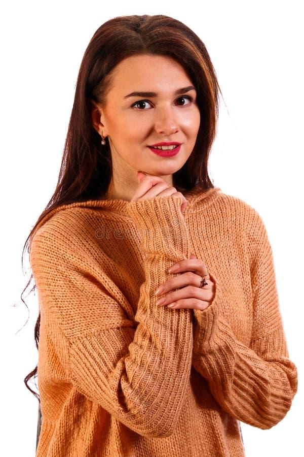 Mujer joven sonriente en un suéter caliente fotos de archivo