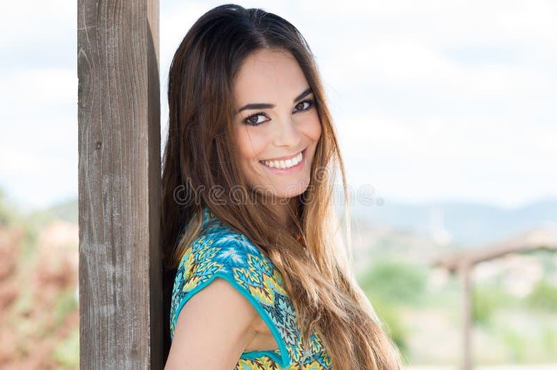 Mujer joven sonriente feliz imagenes de archivo