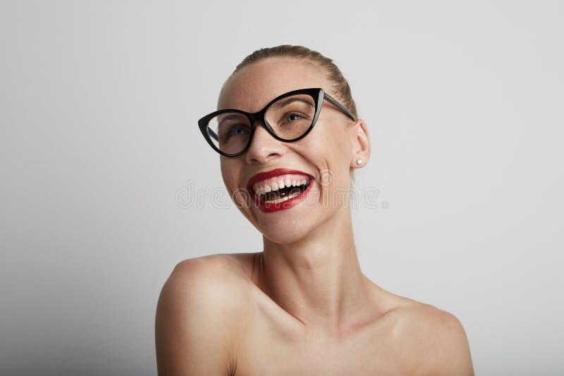 Mujer joven sonriente hermosa Con el fondo blanco fotos de archivo libres de regalías