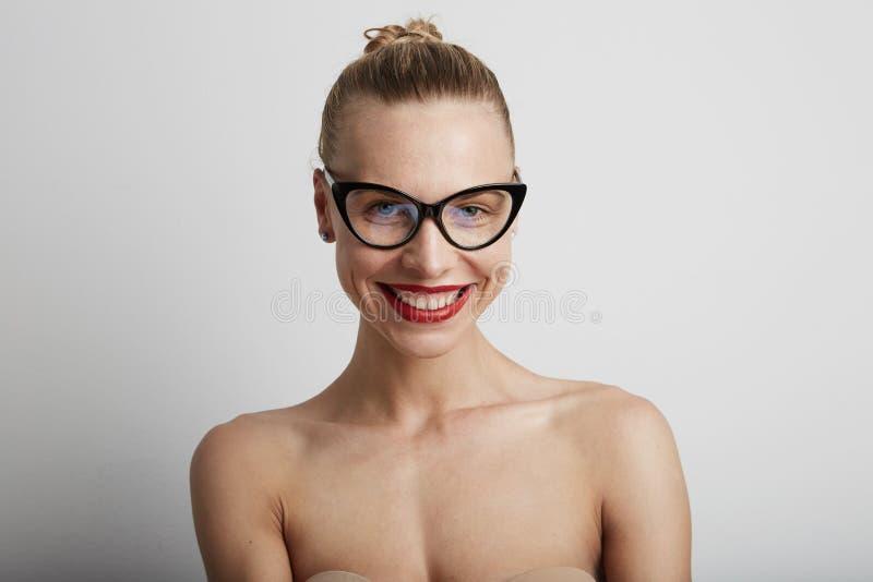 Mujer joven sonriente hermosa Con el fondo blanco fotografía de archivo