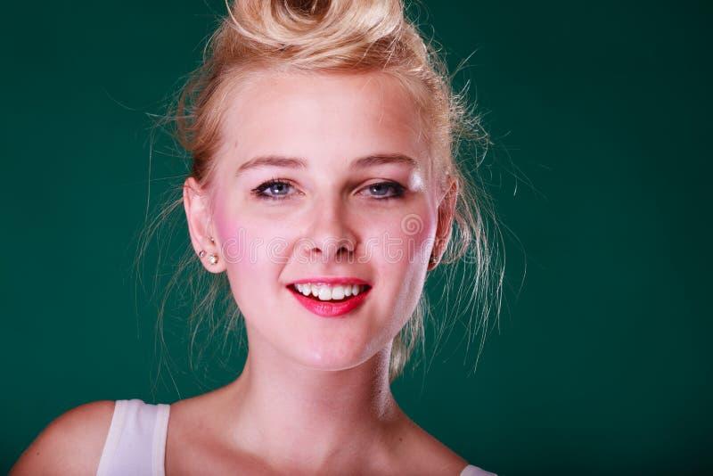 Mujer joven sonriente hermosa con el perno encima del pelo fotografía de archivo