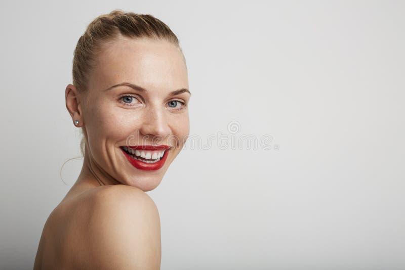 Mujer joven sonriente hermosa Fondo blanco imagen de archivo libre de regalías