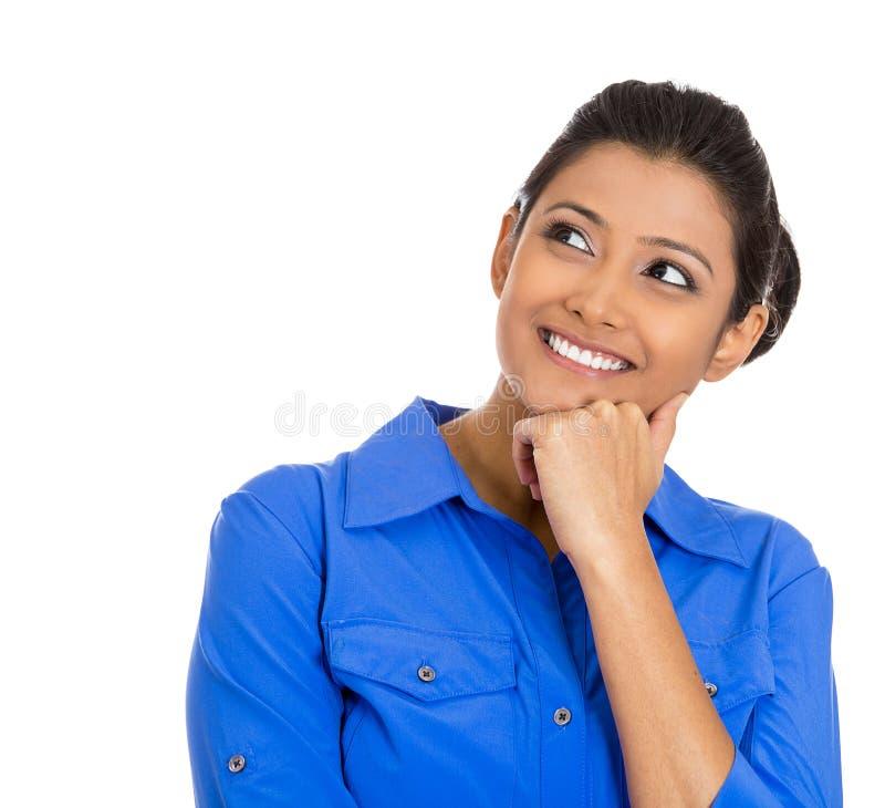 Mujer joven sonriente, pensamiento del estudiante fotografía de archivo