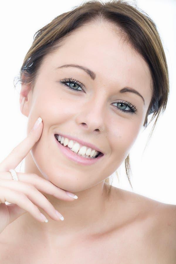 Mujer joven sonriente pensativa imagen de archivo libre de regalías