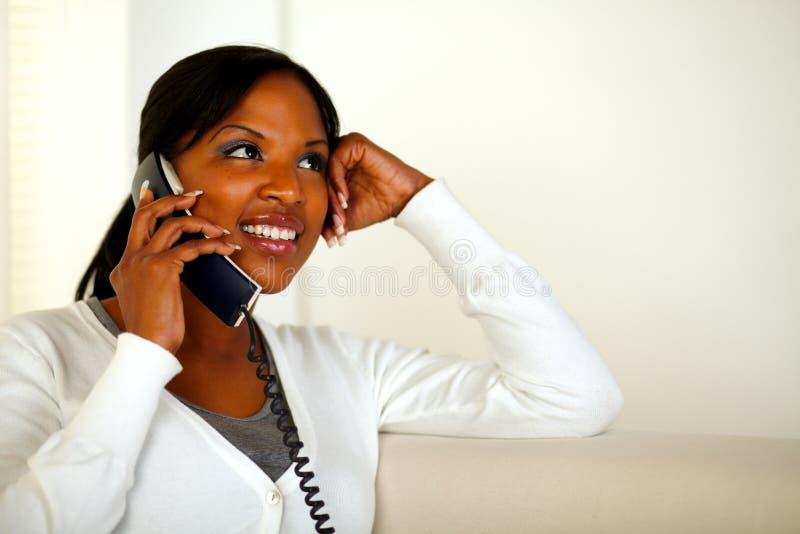 Mujer joven sonriente que habla en el teléfono en el país fotografía de archivo libre de regalías