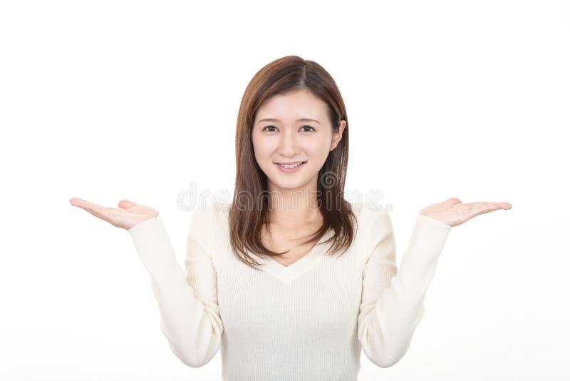 Mujer joven sonriente foto de archivo libre de regalías