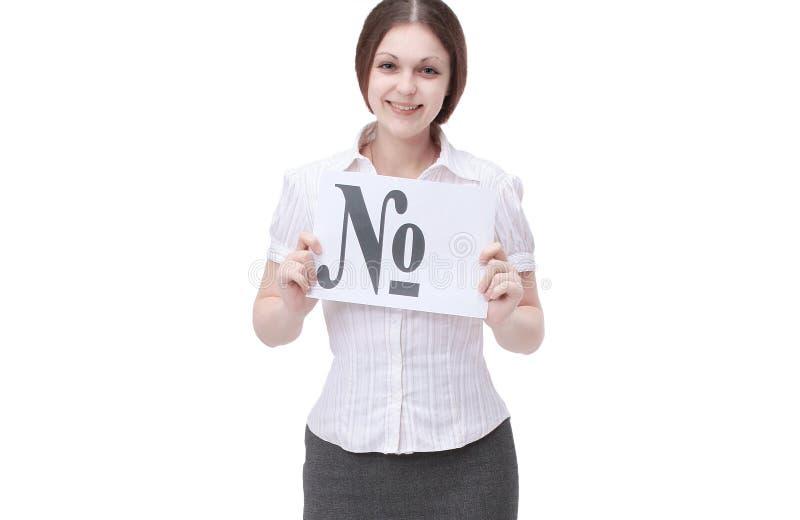 Mujer joven sonriente que muestra una hoja con la muestra de n?mero imagenes de archivo