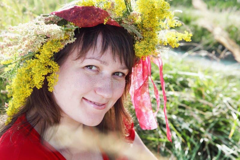Mujer joven sonriente sobre el retrato del campo imagen de archivo libre de regalías