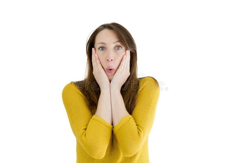 Mujer joven sorprendida en fondo blanco aislado Expresión de la cara imagen de archivo libre de regalías