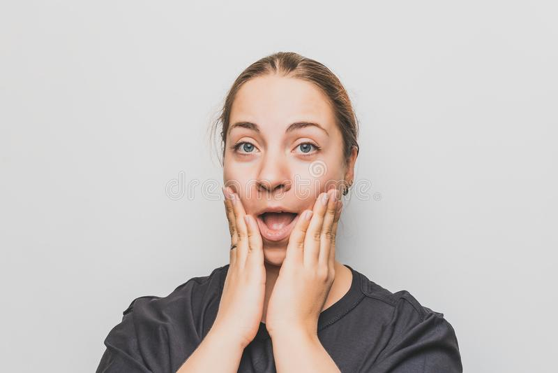 Mujer joven sorprendida o chocada en camisa negra fotos de archivo