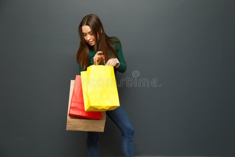 Mujer joven sorprendida por sus compras imagen de archivo