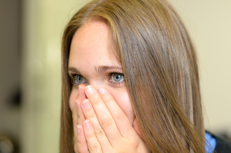 Mujer joven superada con emociones fotos de archivo