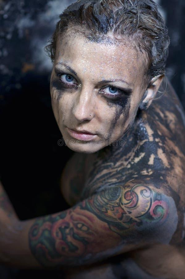 Mujer joven tatuada imagenes de archivo