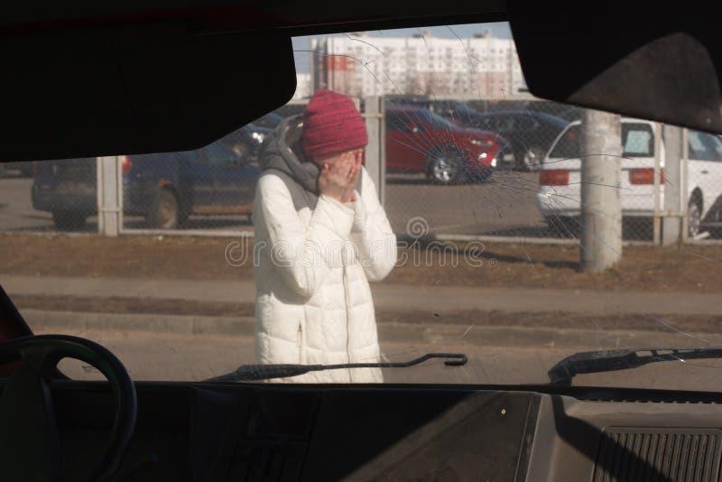Mujer joven trastornada después de un accidente de tráfico imagenes de archivo