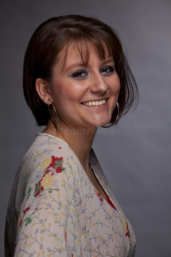 Mujer joven triguena sonriente fotografía de archivo libre de regalías