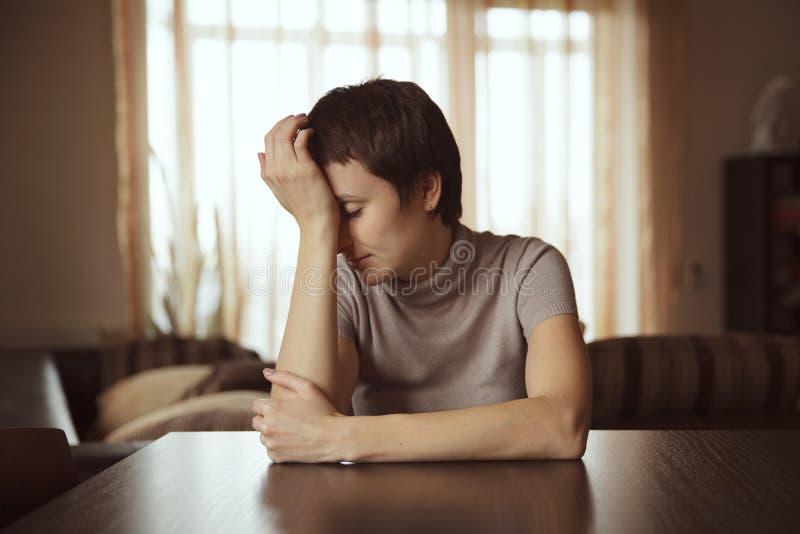 Mujer joven triste fotografía de archivo