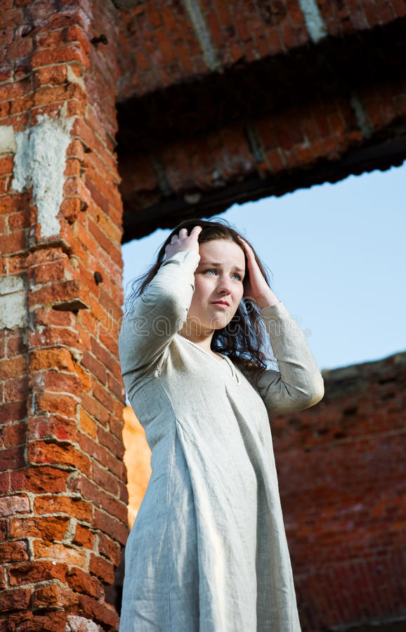 Mujer joven triste en la alineada larga imagen de archivo libre de regalías
