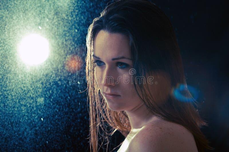Mujer joven triste en la lluvia imágenes de archivo libres de regalías