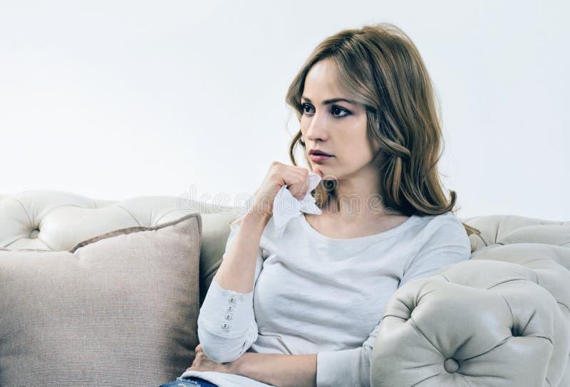 Mujer joven triste que piensa en sus problemas fotografía de archivo