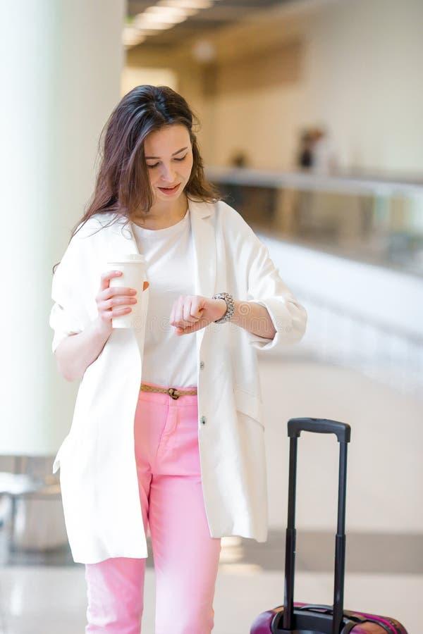Mujer joven turística caucásica un aeropuerto que espera sus aviones imagen de archivo