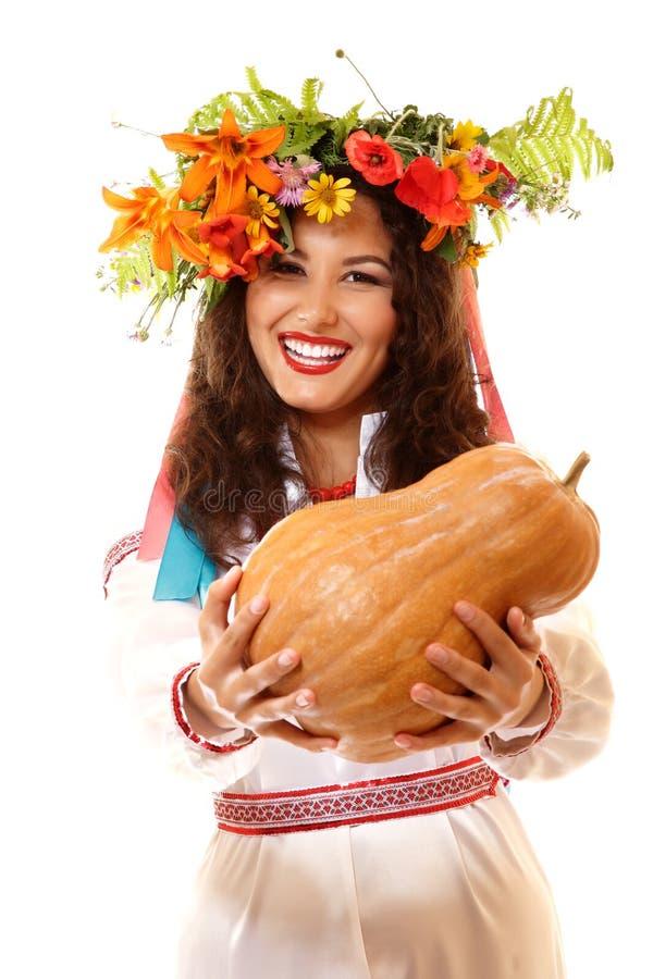 Mujer joven ucraniana sonriente feliz hermosa en traje nativo imagenes de archivo
