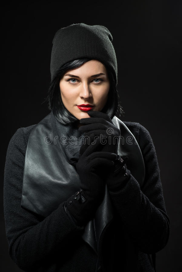 Mujer joven vestida en negro imágenes de archivo libres de regalías