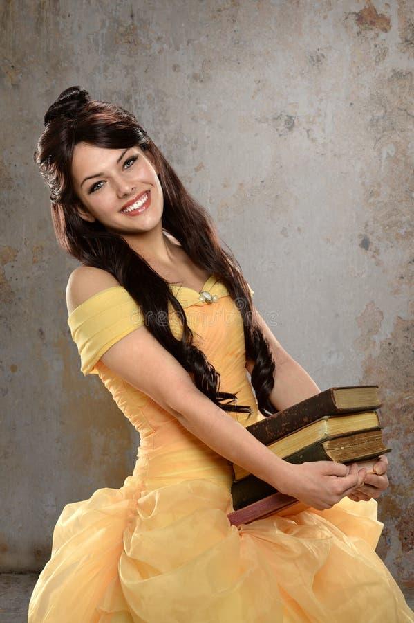 Mujer joven vestida en princesa Dress imagenes de archivo