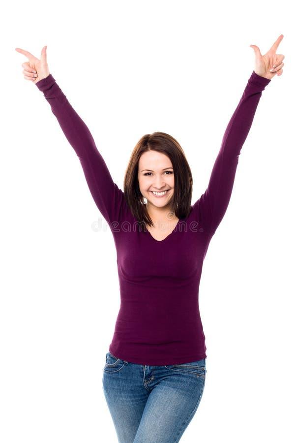 Mujer joven victoriosa que celebra su éxito imagenes de archivo