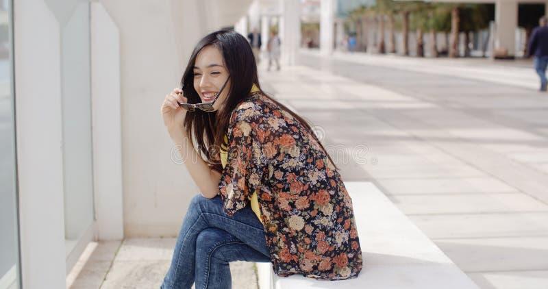 Mujer joven vivaz feliz foto de archivo