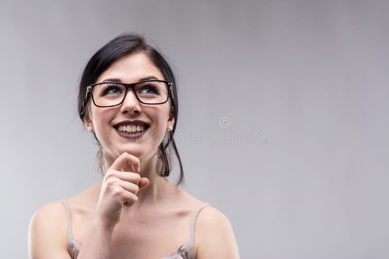 Mujer joven vivaz feliz profundamente en pensamiento imagen de archivo libre de regalías