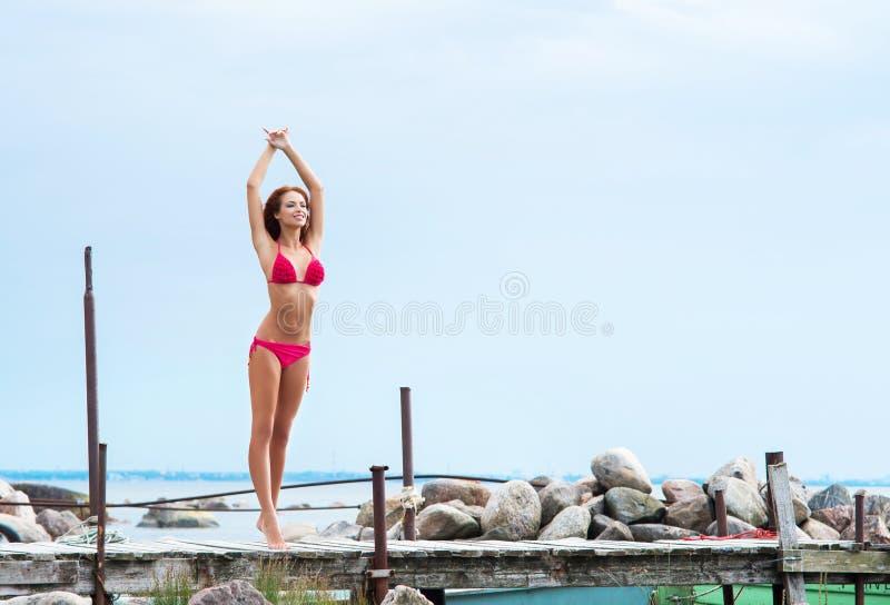Download Mujer Joven Y Atractiva Del Pelirrojo Que Se Relaja En El Embarcadero Foto de archivo - Imagen de relaje, cubo: 41921404