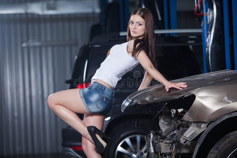 Mujer joven y atractiva en garaje imagen de archivo