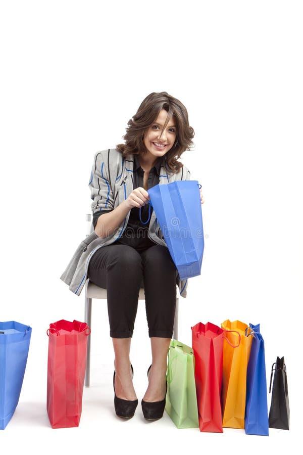 Mujer joven y bolsos de compras imagen de archivo libre de regalías