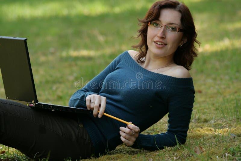 Mujer joven y cuaderno imagen de archivo libre de regalías