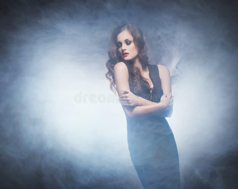 Mujer joven y emocional en vestido de la moda sobre backgrou del encanto fotos de archivo libres de regalías