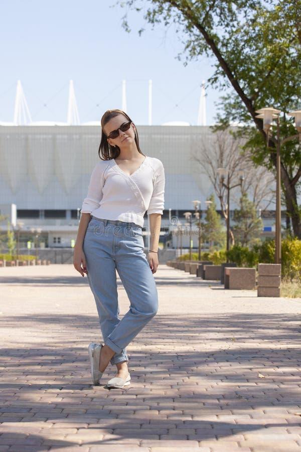 Mujer joven y hermosa que camina en el parque imagen de archivo libre de regalías