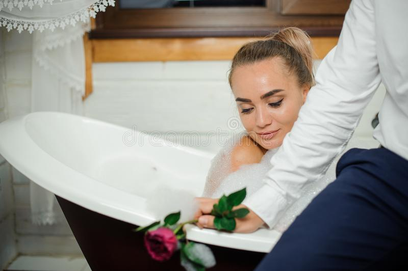 Mujer joven y hermosa que se relaja en el baño con el hombre fotografía de archivo libre de regalías