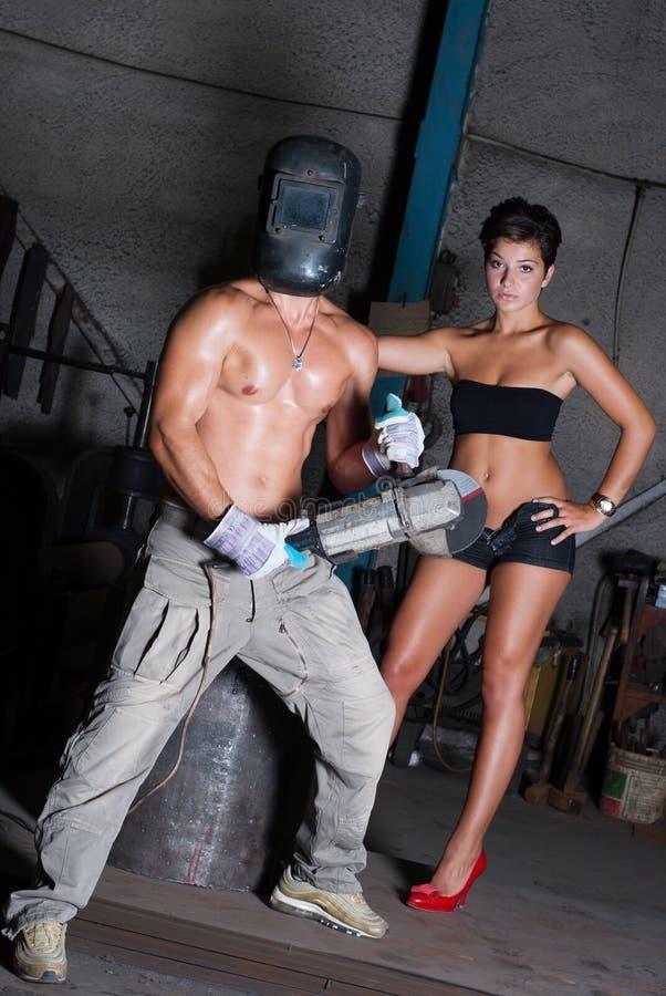Mujer joven y hombre en fábrica foto de archivo