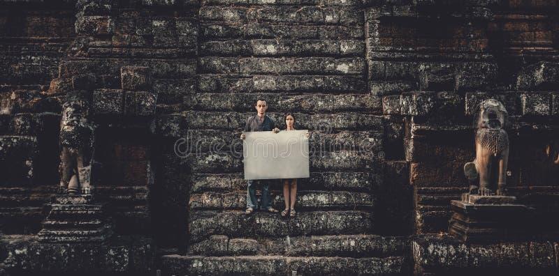 Mujer joven y hombre que sostienen el papel foto de archivo