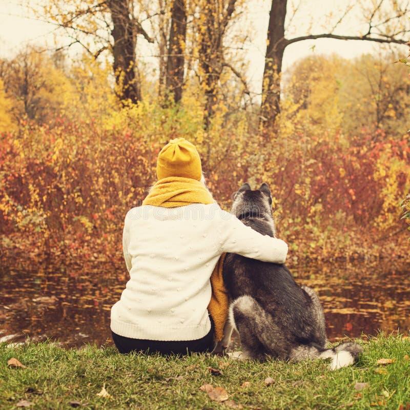 Mujer joven y Husky Dog en Autumn Park foto de archivo libre de regalías
