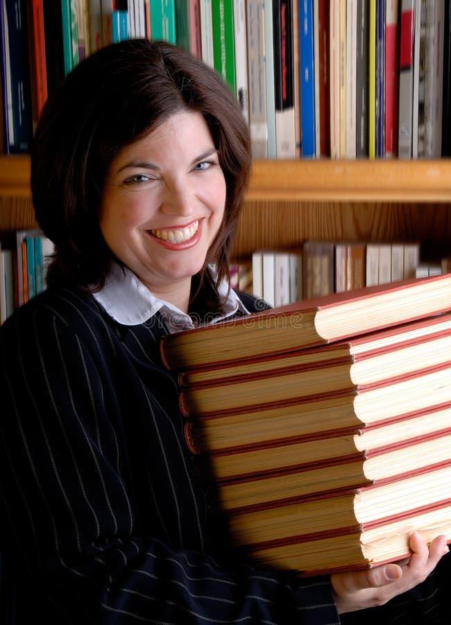 Mujer joven y libros imágenes de archivo libres de regalías