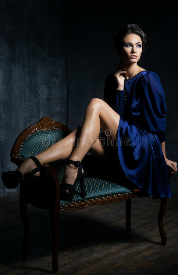 Mujer joven y magnífica en ropa retra imagenes de archivo