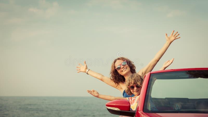 Mujer joven y niño que se relajan en la playa imágenes de archivo libres de regalías