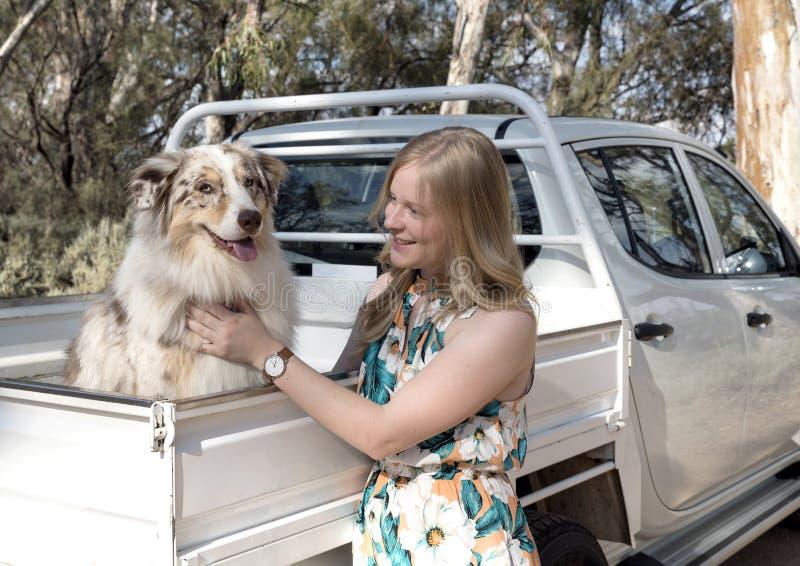 Mujer joven y pastor australiano fotos de archivo libres de regalías