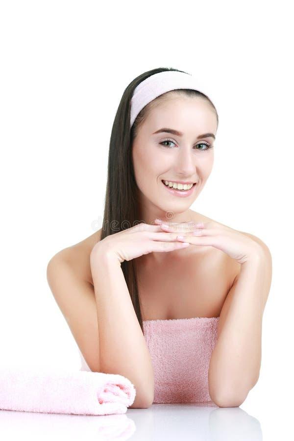 Mujer joven y sana en el salón del balneario aislado en whiteImage imagen de archivo