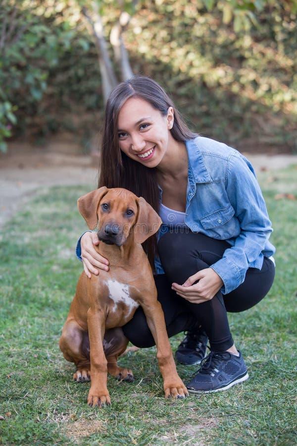 Mujer joven y su perro imágenes de archivo libres de regalías