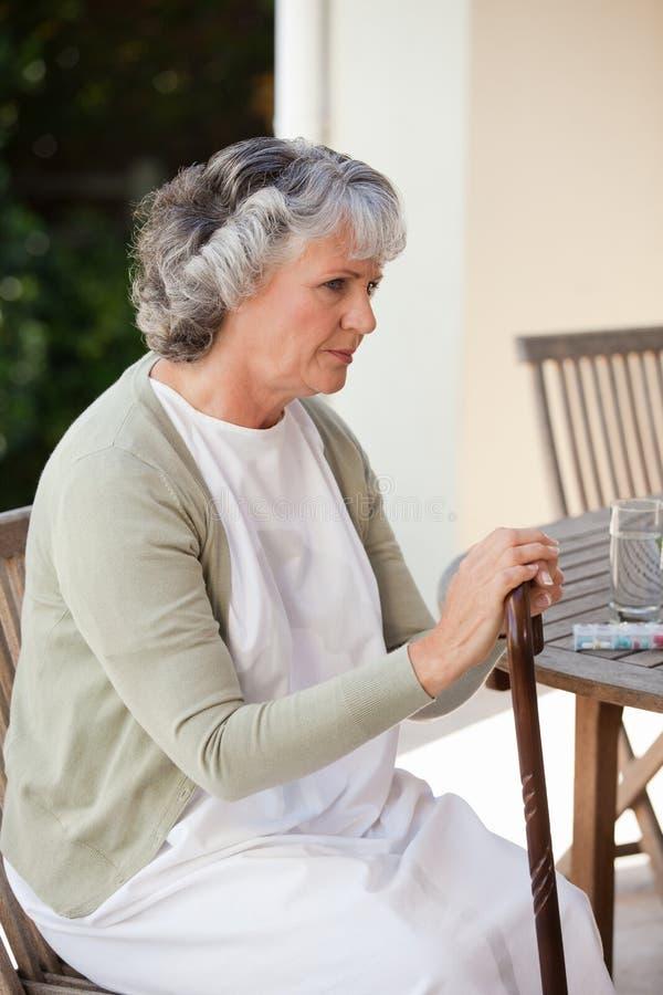 Mujer jubilada con su bastón imagen de archivo