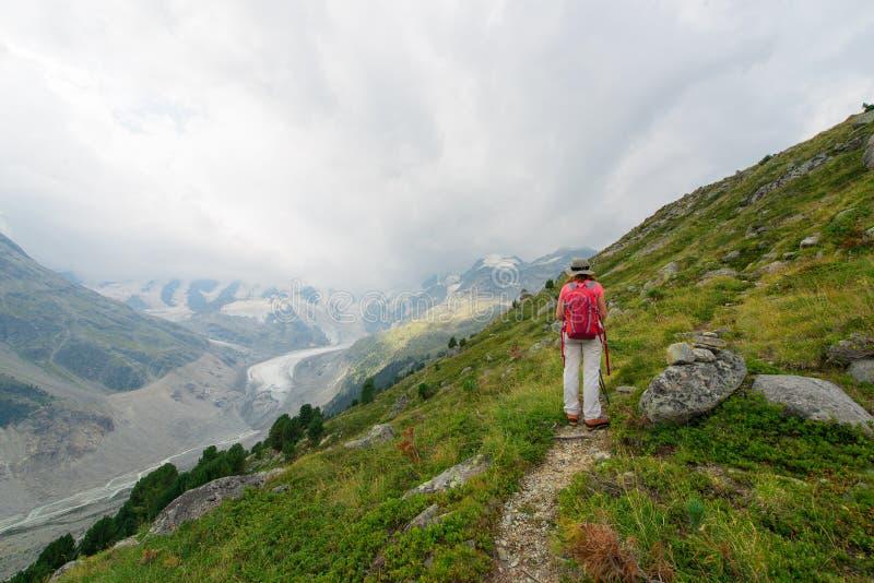 Mujer jubilada durante un paseo en las altas montañas fotos de archivo libres de regalías