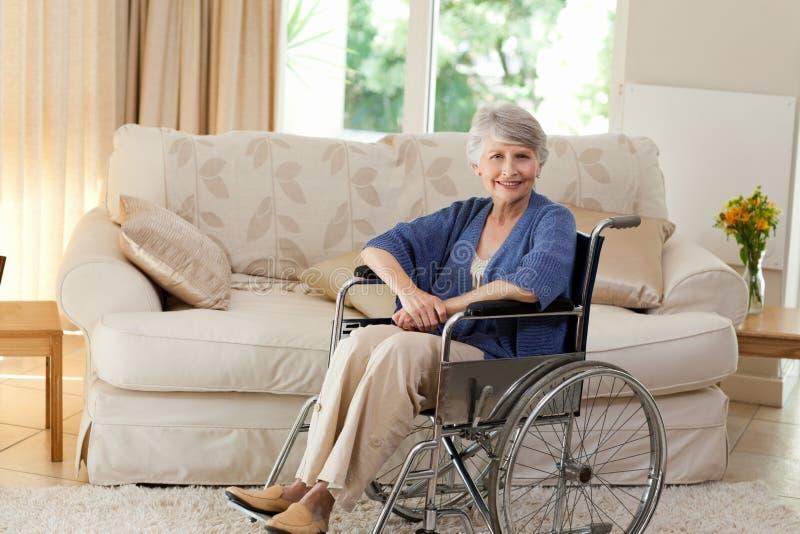 Mujer jubilada en su sillón de ruedas fotografía de archivo libre de regalías