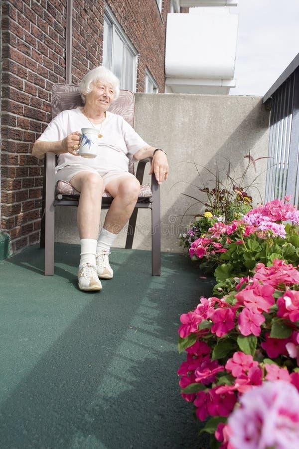 Mujer jubilada mayor fotos de archivo
